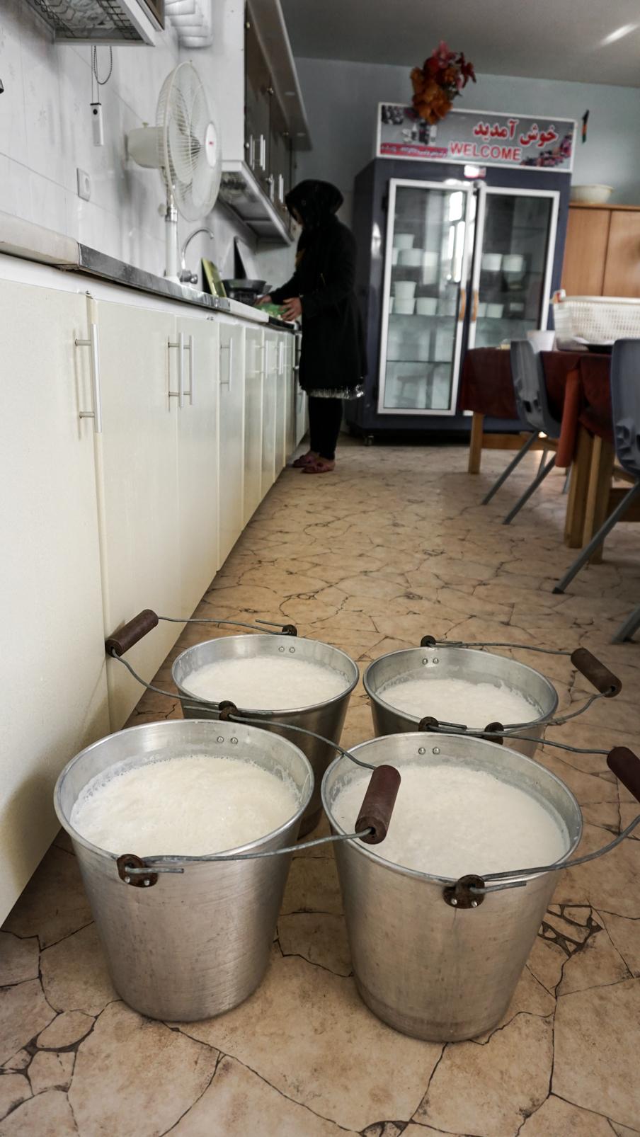 """Aus frischer Milch erzeugen die Frauen """"Qurut"""", eine afghanische Spezialität"""