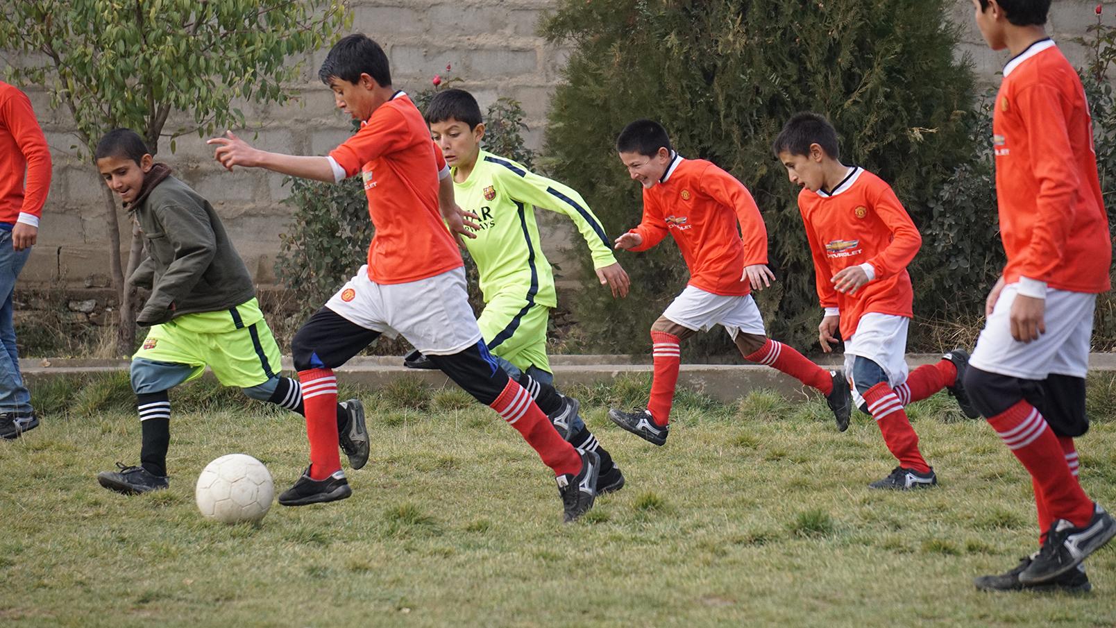 Conflictfood_PaiwandENoor_football5