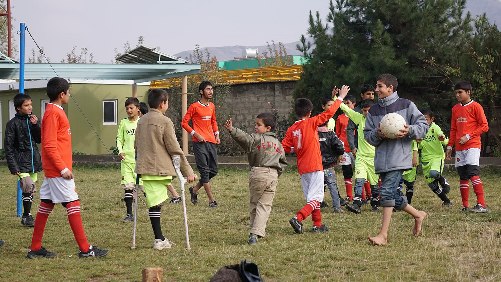 Conflictfood_PaiwandENoor_football6