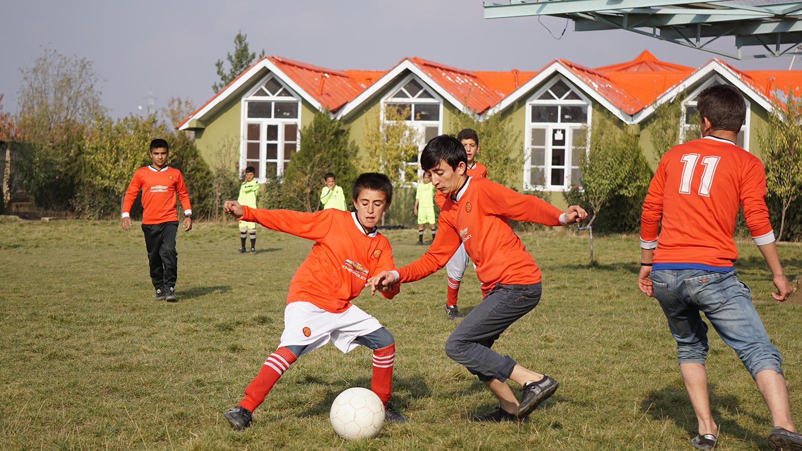 Conflictfood_PaiwandENoor_football7