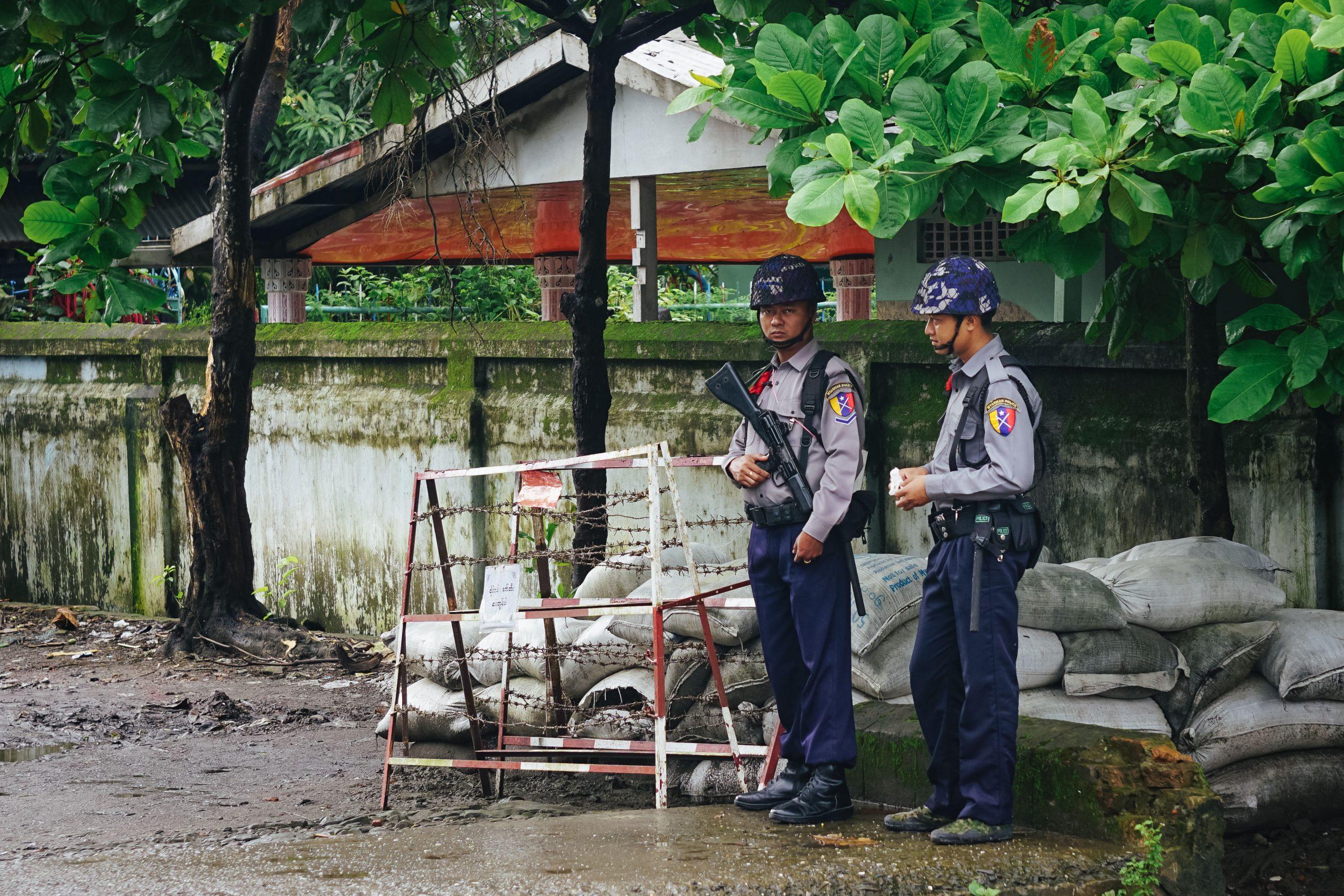 Zwei Soldaten am Straßenrand